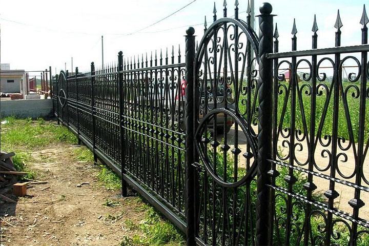 Как покрасить кованый забор
